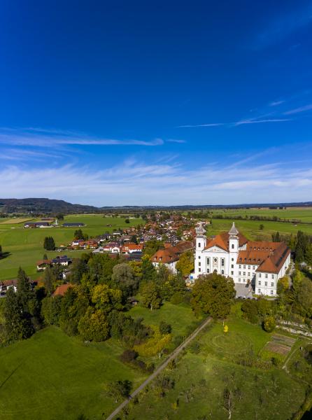deutschland bayern schlehdorf helikopteransicht des klosters