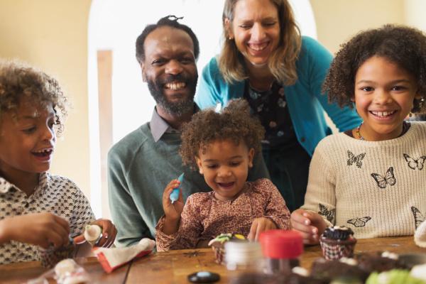 portraet der gluecklichen multiethnischen familie die