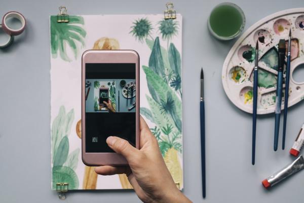 abgeschnittenes bild von hand fotografieren aquarell
