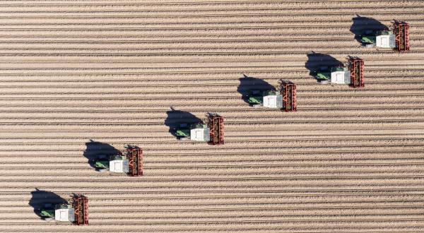 deutschland hessen bergstarsse luftaufnahme von traktoren