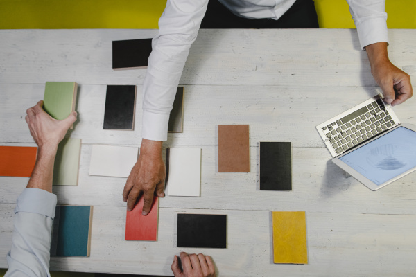 architektenhaende waehlen farbmuster im buero