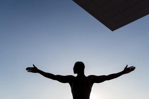 valencia spanien schwarzer mann gegen licht