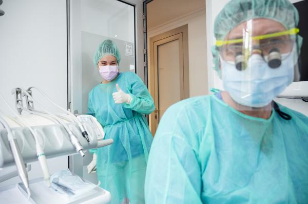 zahnarzt mit krankenschwester die peelings traegt