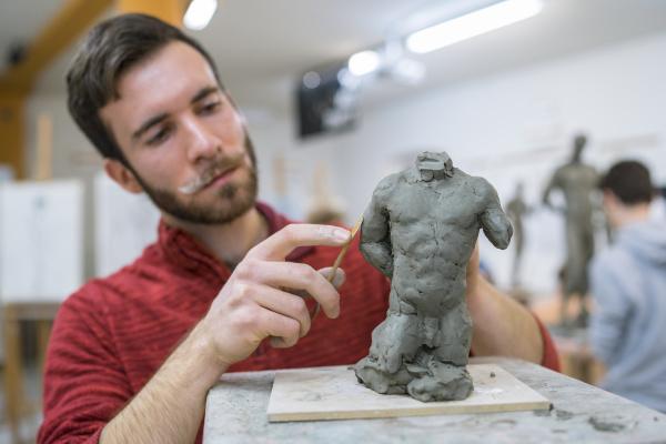 studenten formende skulptur