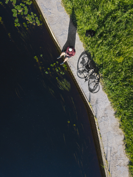 luftaufnahme von mittelerwachsenen mann mit fahrrad