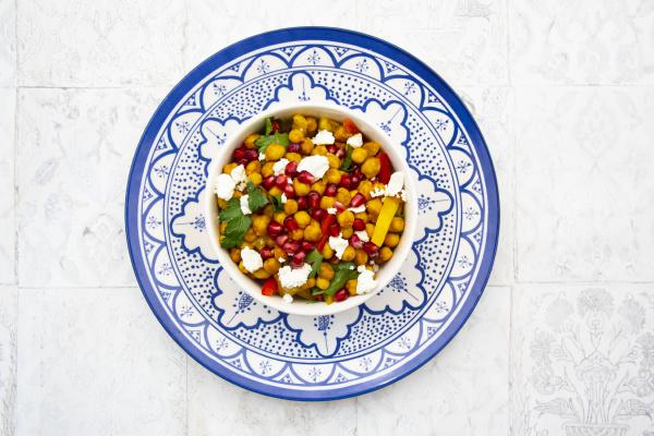 schuessel mit vegetarischem salat mit kichererbsen