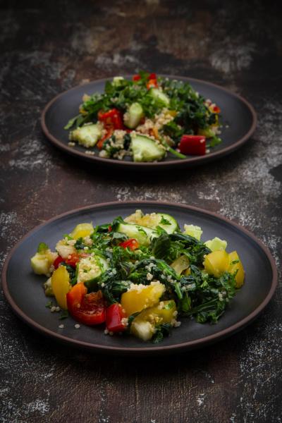 zwei teller warmer veganer salat mit