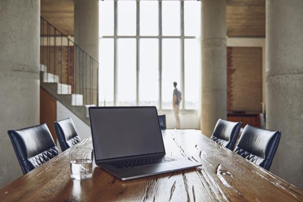 laptop auf holztisch in einem loft