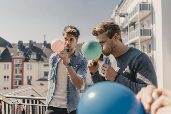gruppe von freunden die mit luftballons
