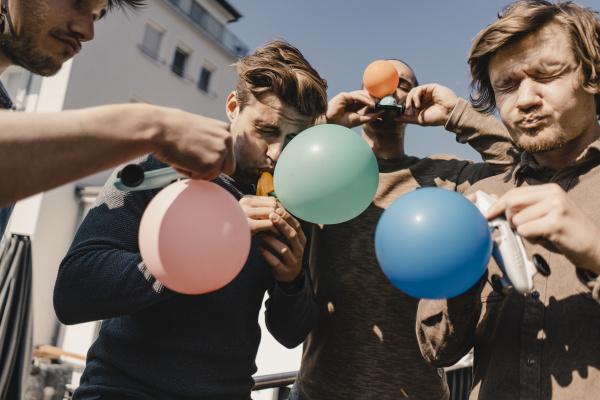 gruppe von freunden spielen mit luftballons