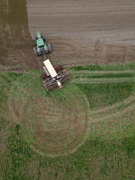russland, luftaufnahme, des, traktors, der, braunes, feld, pflüget - 28754179
