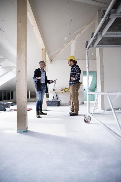 architekten und bauarbeiterplanung im stehen