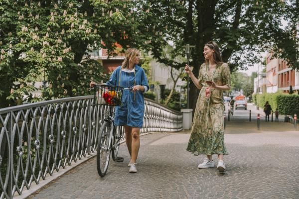 zwei frauen mit fahrrad und gesichtsmaske