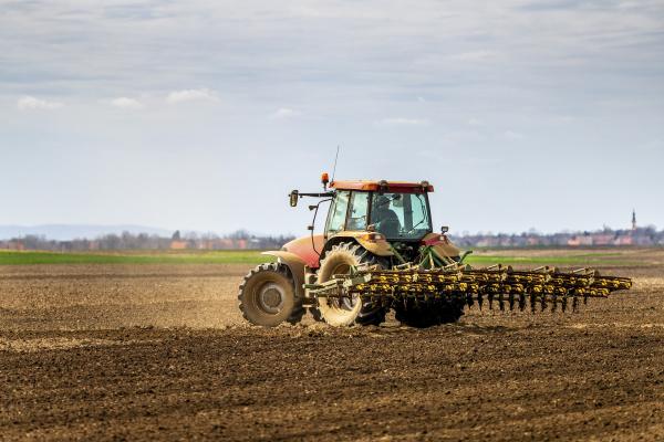 landwirt im traktorpffeld im fruehjahr
