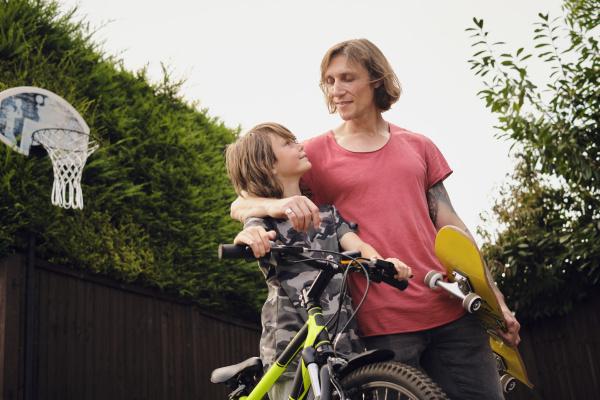 vater und sohn mit fahrrad und