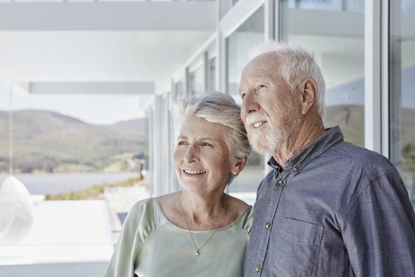 portraet eines laechelnden seniorenpaares im luxurioesen