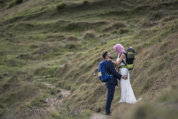 brautpaar mit kletterrucksaecken am wanderweg urkiola