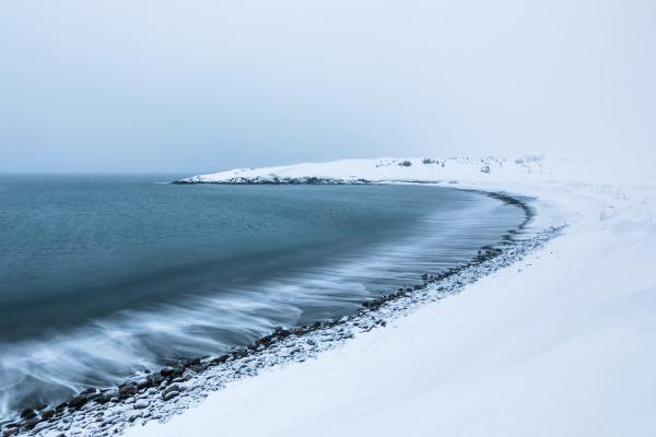 strand im winter kongsfjord berlevag norwegen