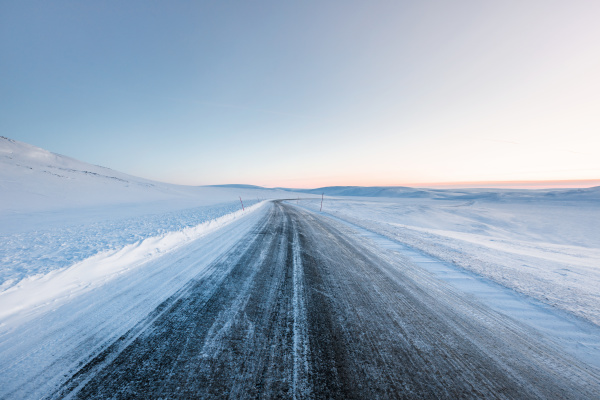 landstrasse im winter berlevag norwegen