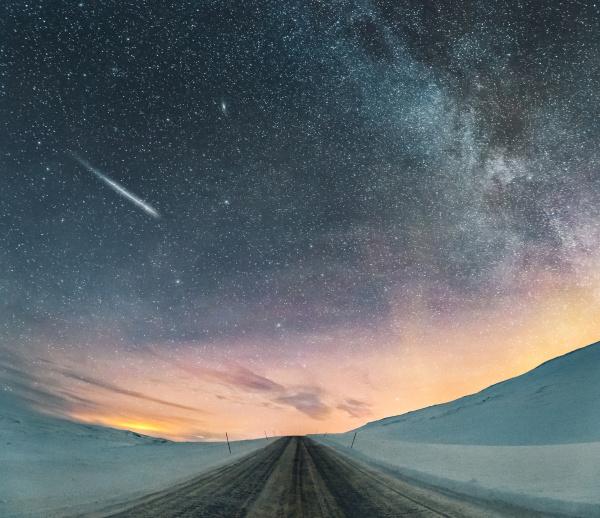 sternenhimmel mit nordlicht und sternschnuppe lebesby