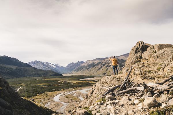 maennliche wanderer die patagonien anden betrachten