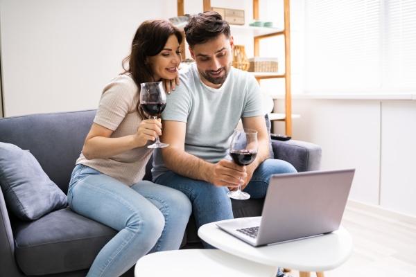 virtuelle weinprobe mit laptop online party