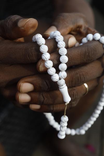 nahaufnahme der haende von afrikanischen muslimischen