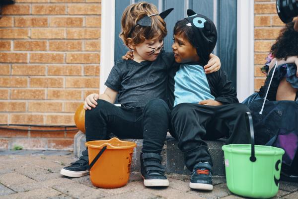 zwei kinder fuer halloween mit ihren