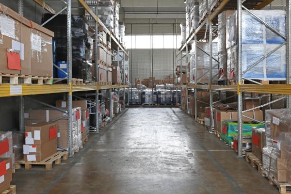 lagerraum mit regalsystem im distributionslager