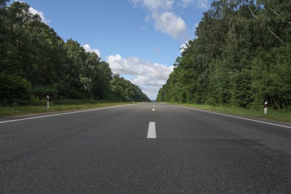 eine asphaltstrasse in europa ohne autos
