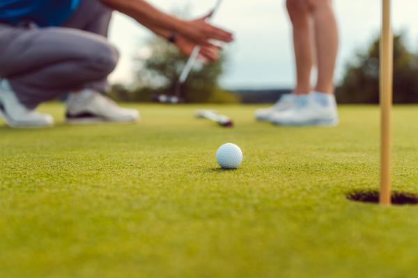 pro auf golfplatz lehrt eine frau