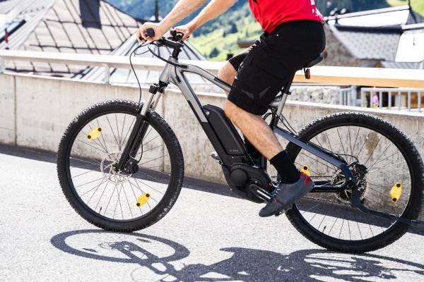 mann faehrt e fahrrad in der