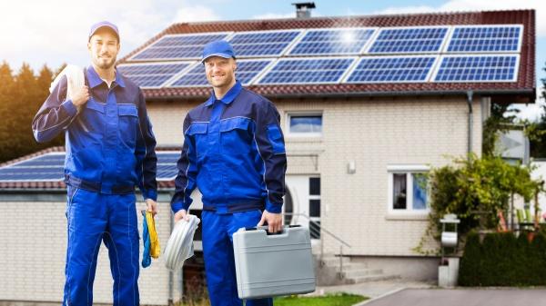 laechelnde elektriker reparaturtechniker