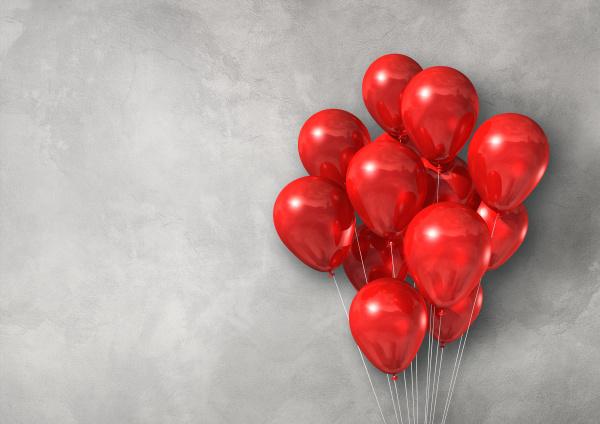 rote luftballons gruppieren sich auf einem