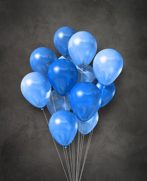 blaue luftballons gruppe auf einem betonierten