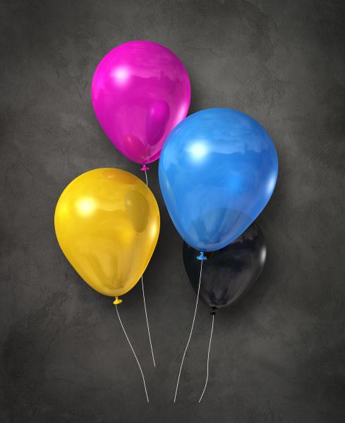 cmyk luftballongruppe auf betonischem hintergrund