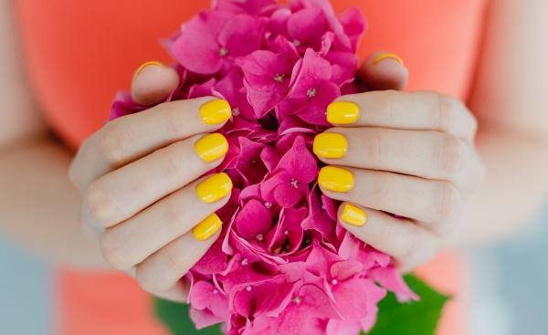 frauen mit manikuerten naegeln in gelb