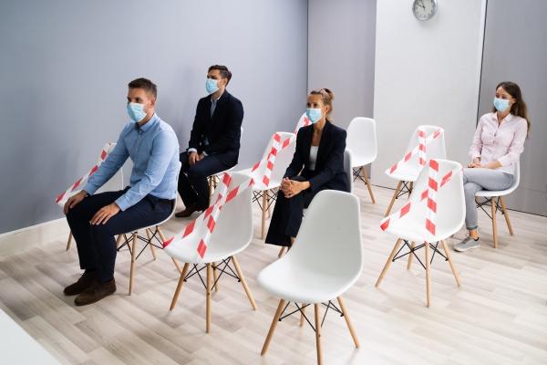 diverse bewerber warten auf ein interview