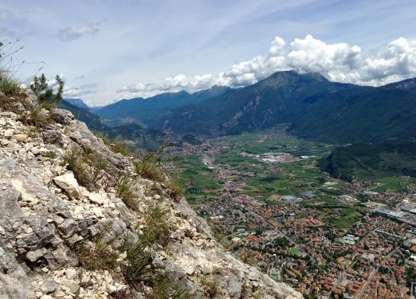 panoramablick auf riva del garda vom