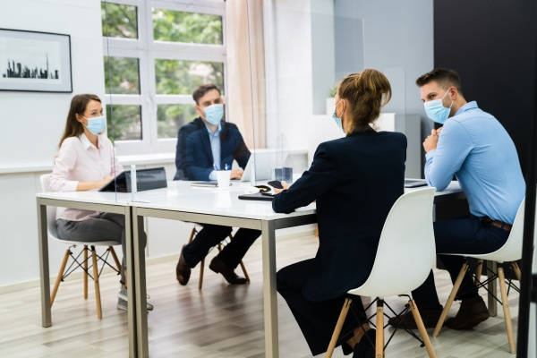 gesichtsmaske buero social distancing meeting