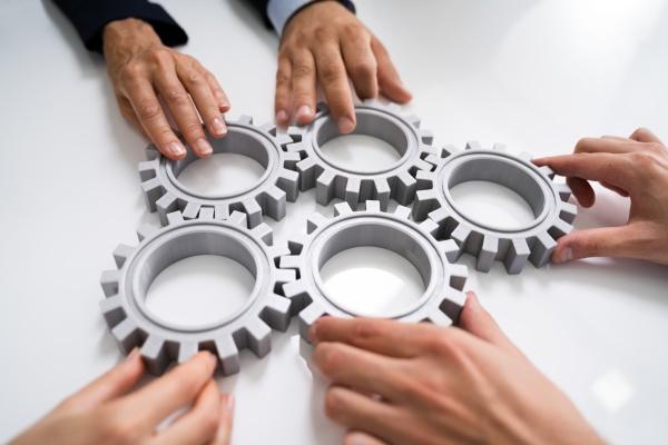 innovative geschaeftsleute team hands joining gears