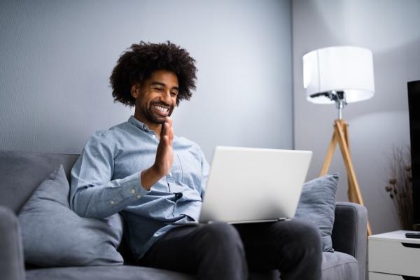 african man videoaufnahme auf laptop