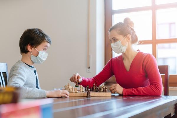 mutter und sohn spielen schach um