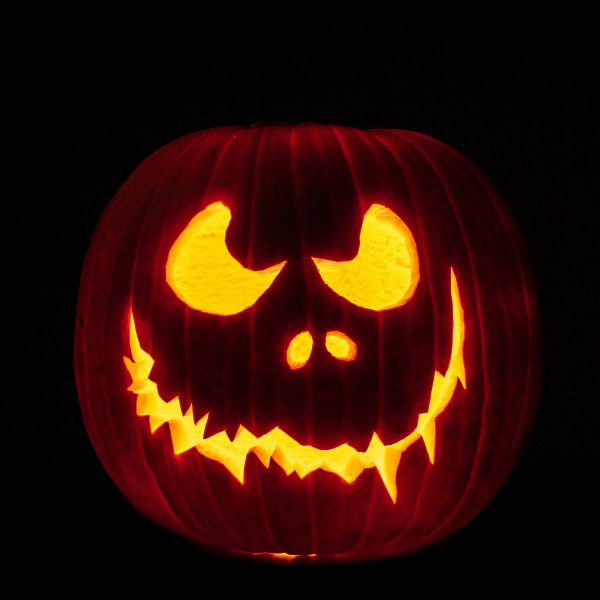 geschnitzte halloween kuerbis auf schwarz