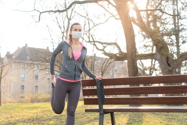 frau bei coronavirus krisen beim training