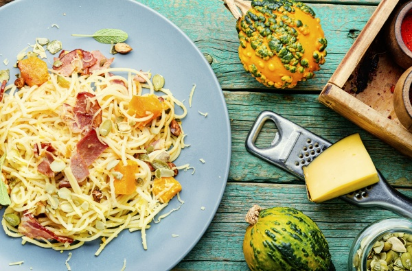 pasta oder spaghetti mit kuerbis und