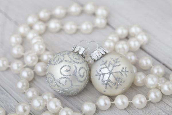 elegante weihnachtsdekoration mit perlen