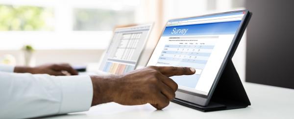 afrikanischer mann fuellt online umfrageformular aus