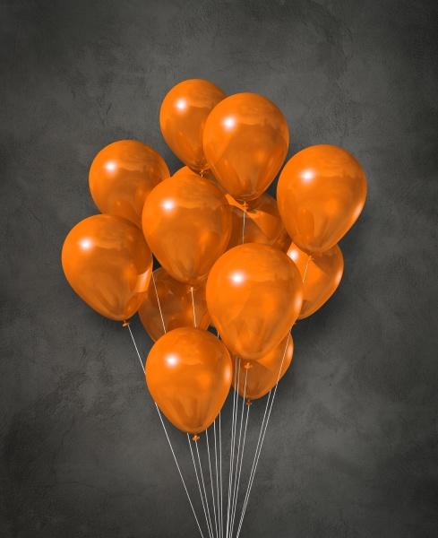 orange luftballons gruppe auf einem betonierten