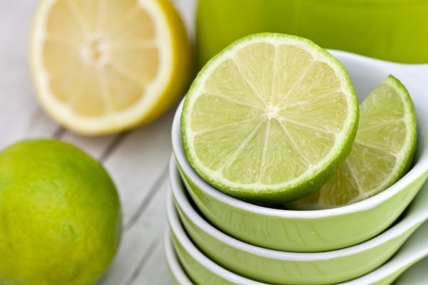 frische gruene zitrone stillleben